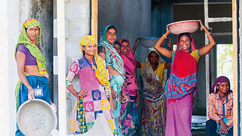 印度女工們滿手灰泥,她們正在市區旁蓋豪宅,見我們拿起相機,馬上對鏡頭微笑,1秒變模特兒。