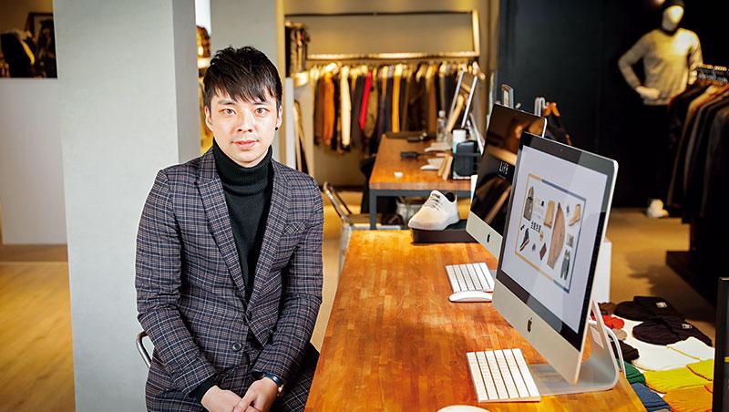 1年前採訪Life8時,其主力品項為男鞋,如今在店內、林瑞達的電腦桌面上,則看到更多男服、配飾商品,全面進攻男性消費市場。