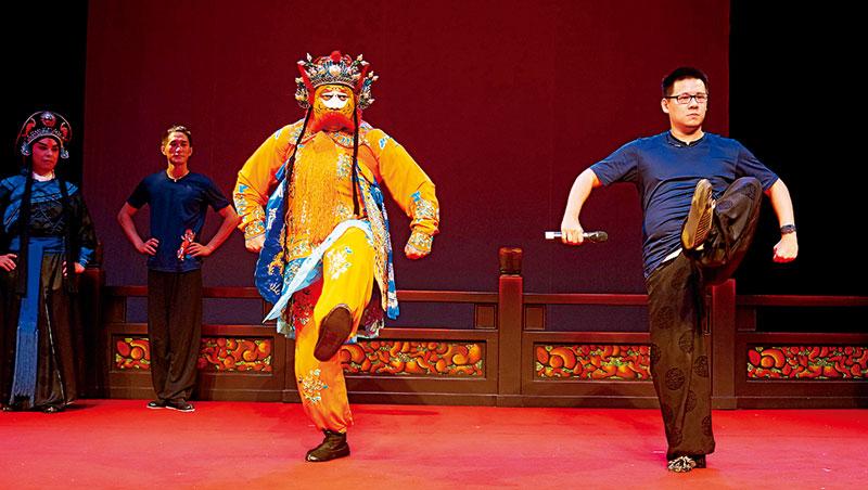 友達一級主管全副京劇裝扮(左)跟著國光劇團演員(右)上課,從壓腿、練基本功到粉墨登場,體驗何謂台上1分鐘,台下10年功。