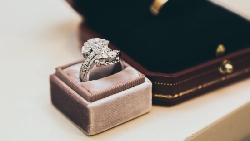 客人要買10萬的戒指,為什麼老闆娘卻建議她挑5萬的?一個案例告訴你:做生意,腦袋比行銷更重要