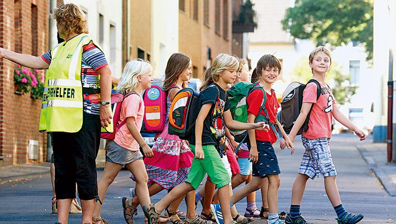 德國未開放自學教育,義務教育學費由政府埋單,一學期內未經校方授權缺席5天,父母得繳1,250歐元罰款。