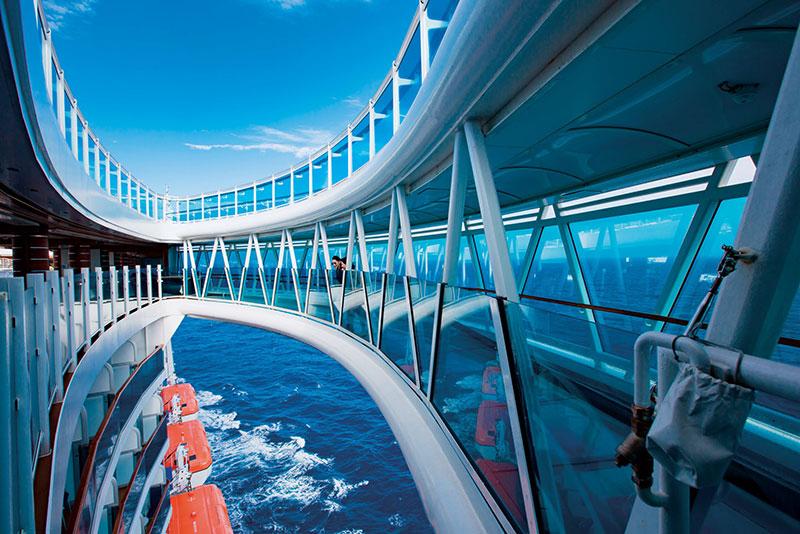 懸空延伸到船舷之外,長8.5公尺的全透明玻璃海上天空步道,是公主遊輪獨創特色。