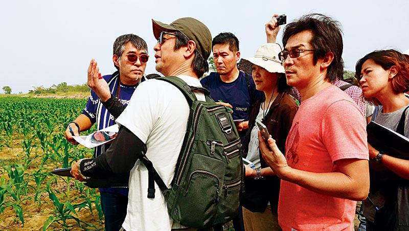 台灣史的迪士尼樂園,農地裡發芽_去年起,美術師種田陽平(左2)、東京迪士尼海洋設計師(左3)就陪著魏德聖(右2)在台南後壁勘景,並協力作園區3D模擬圖,開會不下10次。