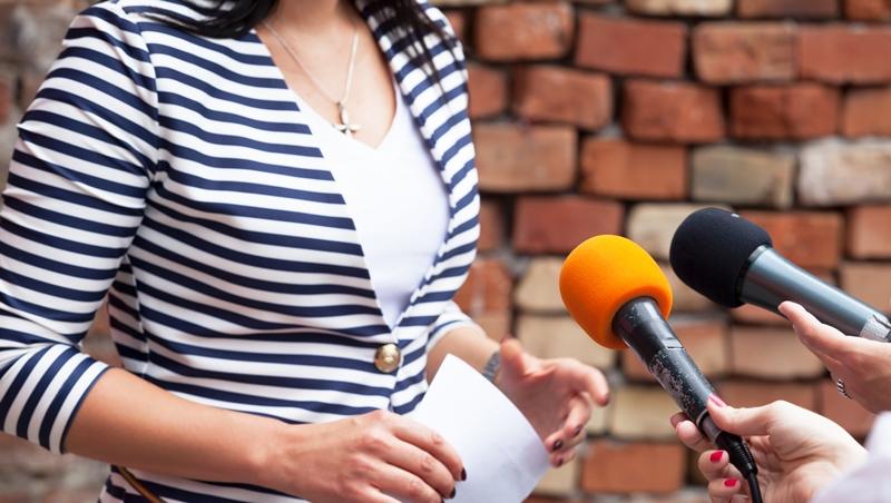 自媒體時代「面對鏡頭」是職場基本功!該看主持人還是鏡頭?專家傳授3個實用的受訪撇步