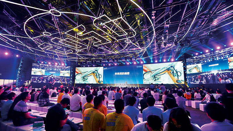 雲棲小鎮今年舉辦首屆2050大會,定位為全球年輕人的年度科技盛會,巨型展覽廳白天是論壇,晚上即變身演唱會。
