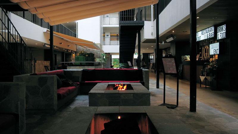 旅店有大量半戶外空間,雖說環保但舒適度欠佳。