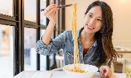 上班族聚餐選吃到飽、每天喝珍珠奶茶...負擔得起的平價奢侈,背後是貧窮的悲傷