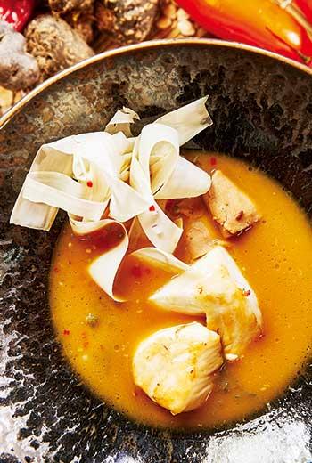 黑鱈魚、發酵粟米醬、棕櫚芯與秘魯辣椒,加上來自日本的海草、澳門鮑魚片,形成這道煨魚(Sudado)。津村光晴說,秘魯像拉丁美洲的小亞洲,飲食充分融合日本、中國等多元文化。