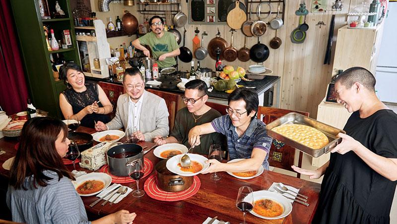 邊吃邊上菜,時間掌握自由,加上可以不計形象的大口吃肉,又能肆意開懷大笑,這是讓導演魏德聖最能放輕鬆享受食物的李府家宴。