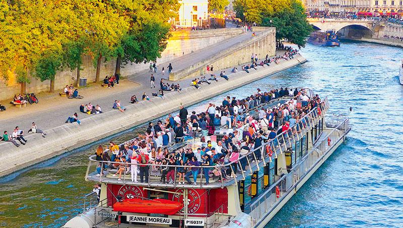 塞納河的遊船, 來來去去,每艘船甲板上都擠滿遊客,遠看如一顆顆爬滿螞蟻的水果糖。