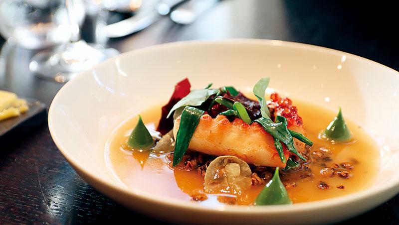 Dinner by Heston Blumenthal 餐廳各道菜餚皆取材於古食書、食譜、菜單。比方當晚我最喜歡的這道「Frumenty」,典出1390年的《The Forme of Cury》,由英