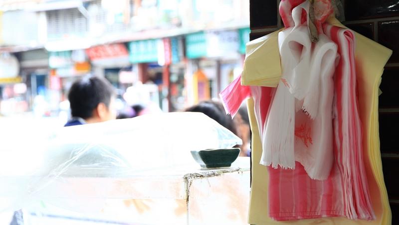 你買飲料會加購塑膠袋嗎?擴大限塑政策上路後,環保署統計:●成的人不會花錢買袋子