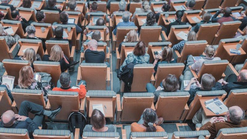 招募會上每個講師都是超跑...年薪千萬職場講師給年輕人的忠告:真正的強者靠累積,而非奇蹟