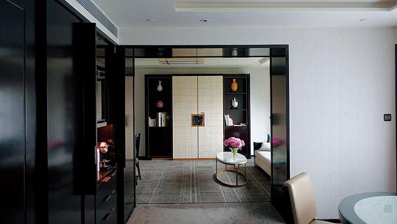 電視櫃的設計可以將電視隱藏起來,維持優雅品味。