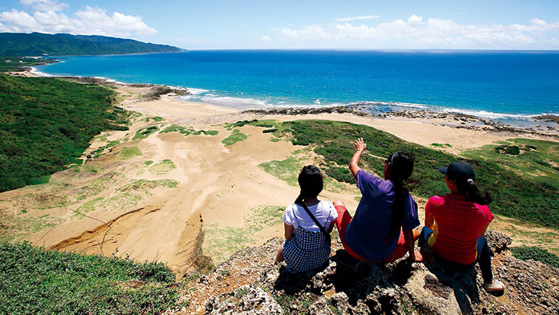 跟著曾敏吉(中)探索在地。夏天雨季窪地匯集雨水形成沙河;冬天東北季風盛行,形成風吹砂特殊地形。