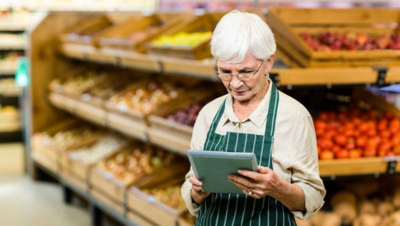 擁有會計、人資雙技能,過了60歲卻只能找洗碗人員的工作...年紀大了,就失去身分與背景?