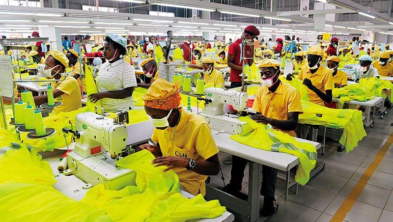 正發展紡織業的盧安達,其拒收二手衣政策在國內也遭逢阻力,說是紡織業還不成熟,中止二手衣交易,窮人會連衣服都沒得穿。