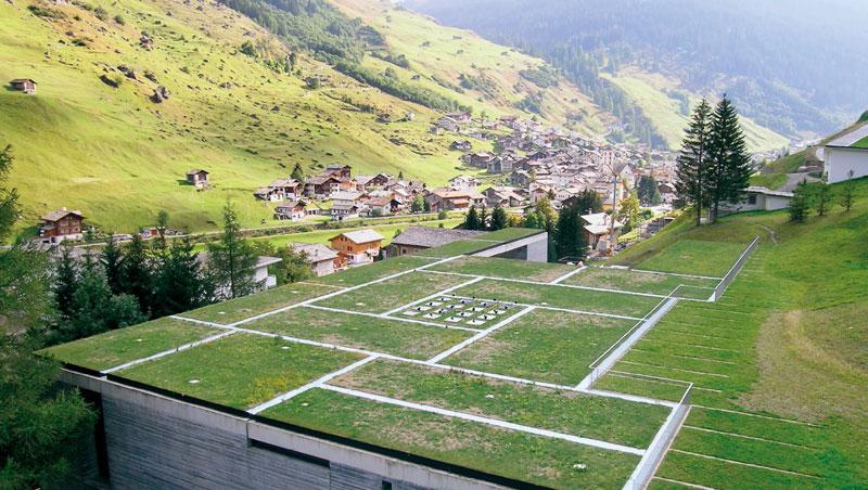建築物屋頂以綠草鋪蓋,與周遭山景與社區融合,將對自然的破壞減到最低。