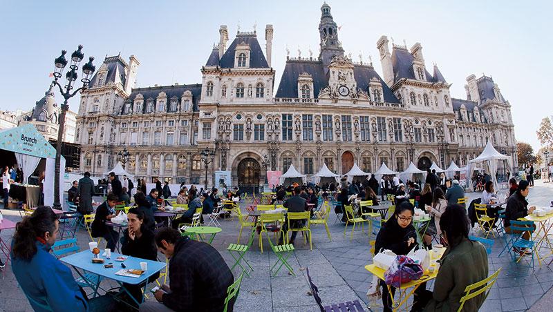 前年的世界糧食日,逾千人聚集在法國巴黎市政廳前,享用市府提供的「無浪費早午餐」,響應惜食理念。