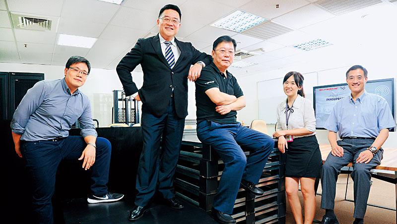 鷹谷至上主要經營者:董事長呂尚文(右3)、執行長田玉昇(左2)