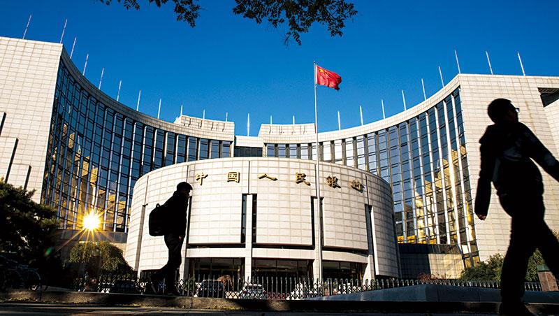 為了降低中國企業債務違約風險,人行23日意外對銀行體系注入人民幣5,020億元的活水。