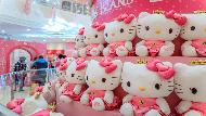 大型公仔拍照區、粉色電視牆、服務吧台...日本「Hello Kitty新幹線」聯名是這樣玩的!