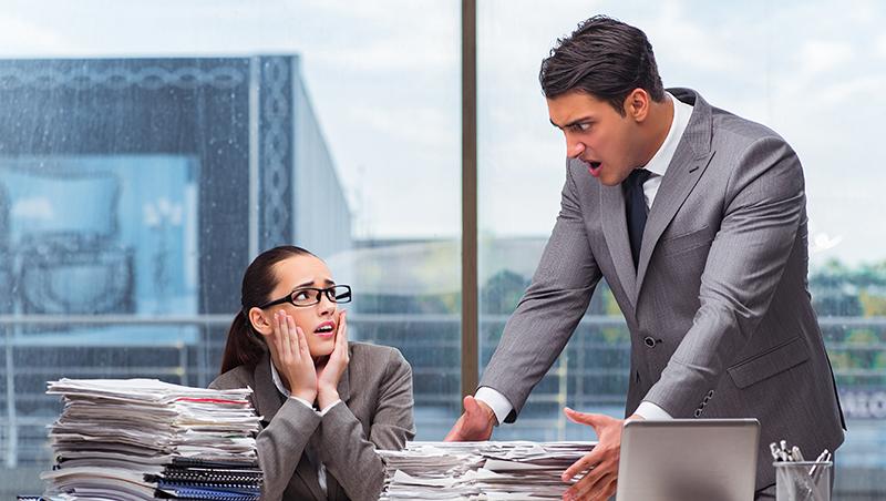 會議中被老闆公然飆罵,該負氣遞出辭呈,還是咬牙忍住?關鍵全在這一點