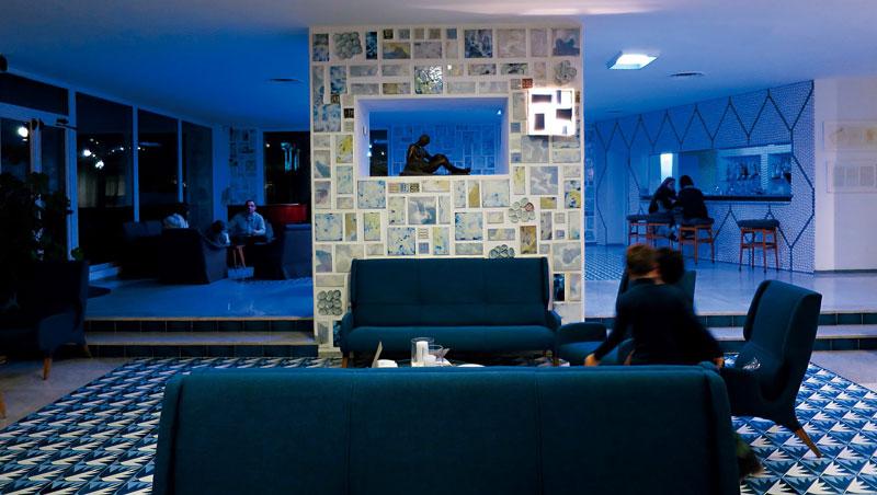 旅店瓷磚有超過100種拼貼變化,充分展現設計師的玩心和創意,以幾何線條表現出浪漫質感的風格