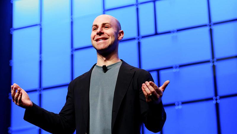 獨處思考比動腦會議更有效!從美國脫口秀編劇會議,學會4招快速找出「好創意」