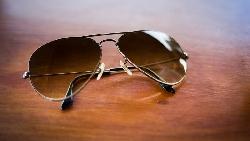 Armani、Chanel、雷朋的太陽眼鏡,其實都是這間公司做的!隱藏在「品牌」背後的壟斷力量