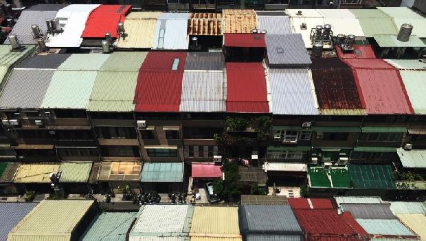 每到颱風就有鐵皮屋飛走...鐵工師傅揭露:台灣特色「鐵皮屋」的常見弊病