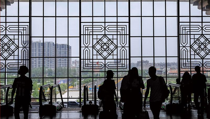 南京高鐵站,串聯南京、上海與合肥成為中國產值最高的長三角半導體聚落,催生最受矚目的中國大煉芯舞台。