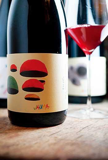 麥拿倫谷》南澳大利亞的知名葡萄酒產區,位在阿得雷德(Adelaide)南郊近海岸區域,溫和的地中海型氣候非常適合種植葡萄,是南澳歷史最悠久的產區,主產紅酒,以希哈和格納希的表現最佳,特別是後者常能釀成