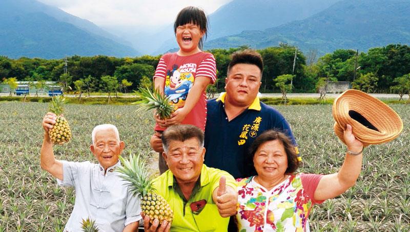 祖父楊阿訓(前排左起)、父親楊清茂、孫子楊弘基(後排右)三代聯手,增加土鳳梨的附加價值,更讓農村重現生機。