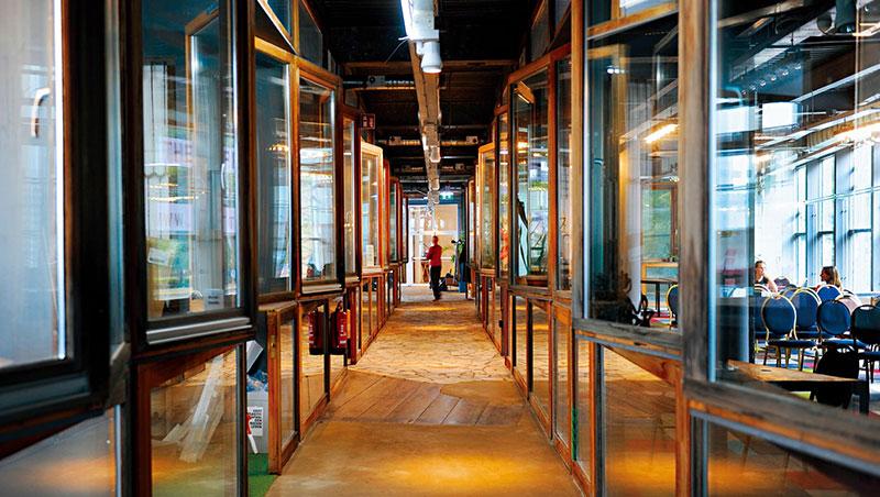 廢棄的室內水上樂園,外觀老舊,但裡頭是18家新創企業的基地,頭上的燈、房間的隔板、手上的杯子,全都是垃圾做成,從這裡賣向全球。