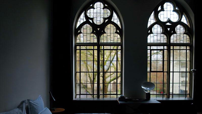 如教堂般的長型大窗讓房間內氣氛顯得靜謐安寧