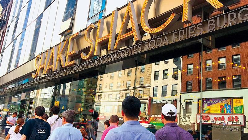 紐約餐飲正快速全球化,紐約人氣漢堡店Shake Shack是遊客必訪名店。