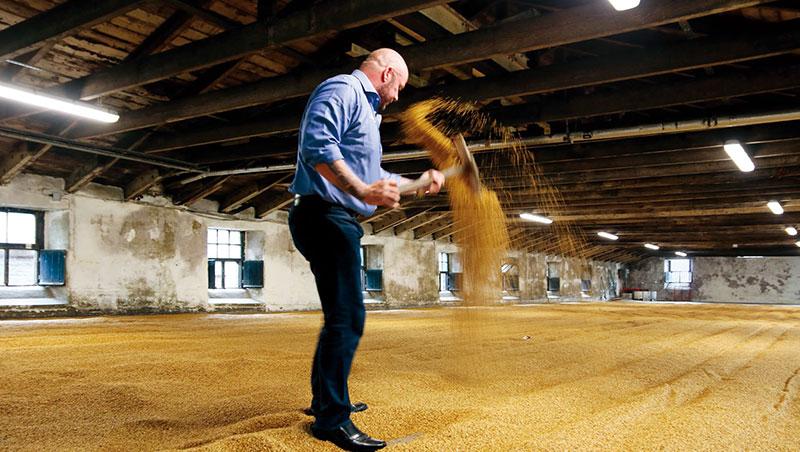 全球品牌大使馬丁為我們親手示範傳統地板翻麥工序。