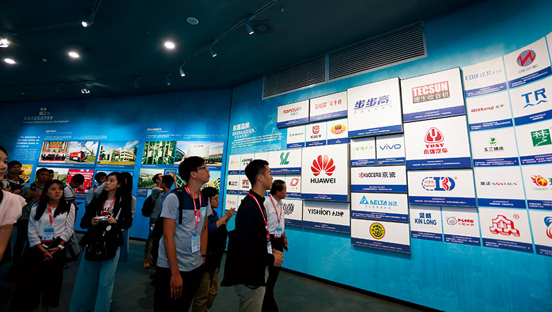全球500大企業中,陸企就占2成,對台青來說,進入陸企能更快與世界接軌。圖為2017年東莞就業創業研討會。