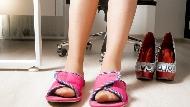 辦公室究竟能不能穿拖鞋?不想破壞專業形象...3種常見情境,專家分析拖鞋該怎麼穿
