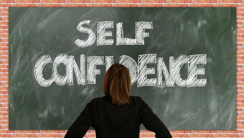 confidence man不是讚美!把名詞作形容詞用時,顯示「自信被當成狂妄」...3個用法含義大不同