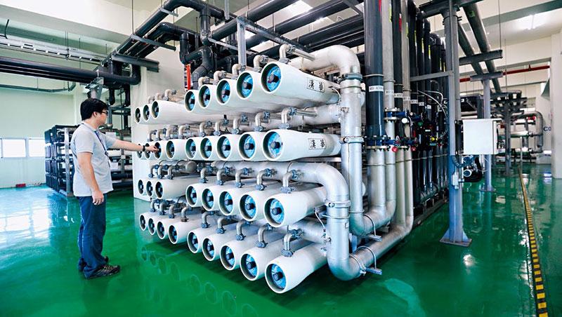 日月光砸10億蓋全台最大中水回收廠,每天回收9,500噸水,回顧高雄廠兩次停工、颱風後停水、廢水污染被開罰,這投資,省的不只水費。