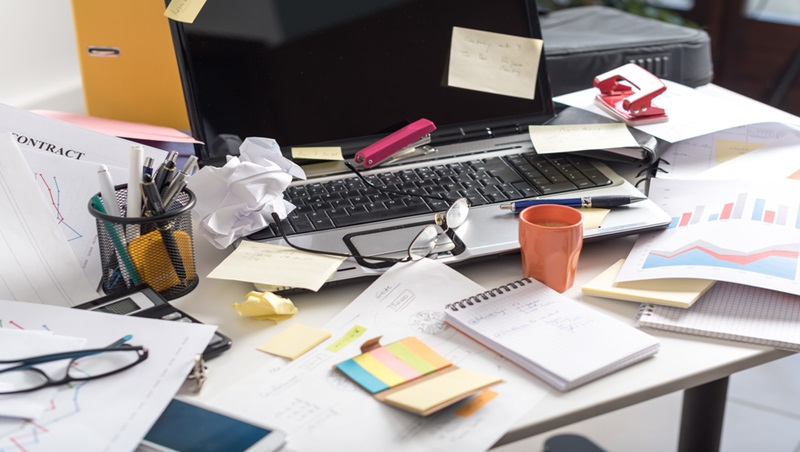 辦公桌喜歡放娃娃、公仔…誰說桌子亂更有創造力!一個科學研究告訴你:「壞環境」其實很傷腦