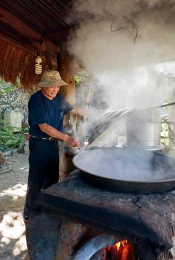 蔡利木煮海鹽的過程耗時費工,是一場體力與耐力的考驗。