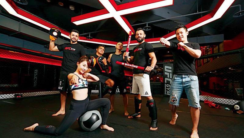 為做出市場區隔,吳怡翰(右1)聘請外籍師資教拳擊課程,占比達20%,顛覆傳統連鎖健身房常態。