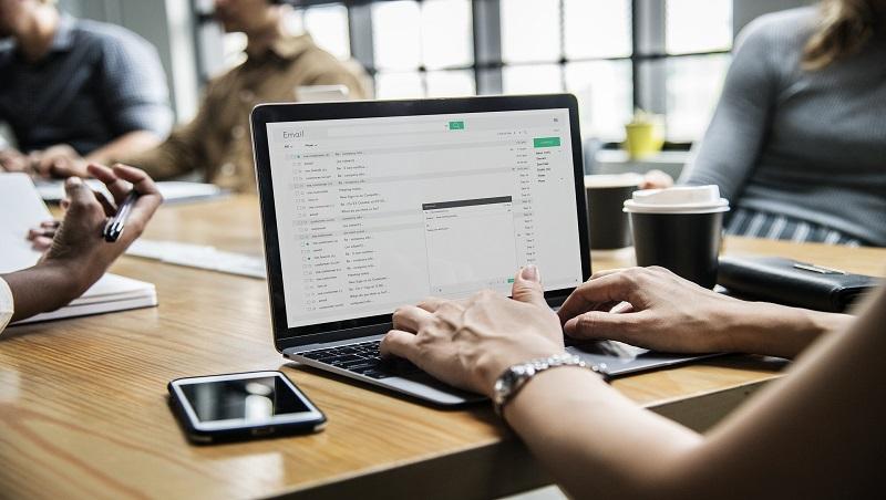 開會時同事都忙著用筆電回郵件、傳訊息...這種會為何還要開?科技提升效率,卻犧牲了員工「這件事」