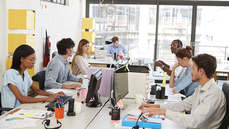 開放辦公室蔚為風潮,但真能激發員工創意?哈佛研究:辦公空間越開放,同事間互動越封閉