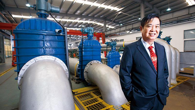謝宏炅從賣水泵轉型做汙水診斷,他站在汙水測試設備前說,多次扭轉危機關鍵在堅信「幫助別人,就是成就自己」經商之道。