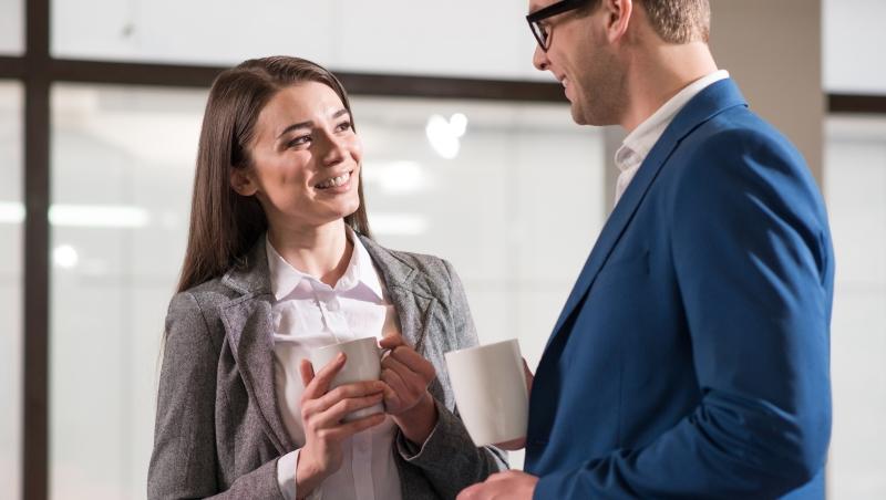 跟上司搭話時,最好站在右側!讓你職場事半功倍的3個「心理學小技巧」