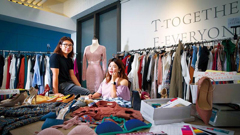 樣品間內堆滿打版中的服飾、女鞋和內衣,產品線繁多。鄭凱隆與李宜蓁夫婦坦言,很感謝從夜市起家:「這讓我們不敢安於現狀!」